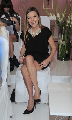 Uśmiechnięta Aleksandra Kwaśniewska siedząca z odsłoniętymi nogami Modeling Classes, Model Legs, Favorite Position, Anja Rubik, Rachel Weisz, Taylor Swift, Vogue, Feminine, Poses
