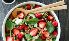 Deilige salater er ypperlig sommermat! Her har jeg laget en fargerik kyllingsalat med jordbær, tomater, fetaost, agurk, valnøtter – og det hele toppes av en deilig balsamicoeddik.