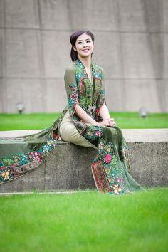 Vietnamese Traditional Dress, Vietnamese Dress, Traditional Dresses, Ethnic Fashion, I Love Fashion, Asian Fashion, Womens Fashion, Oriental, Vietnam Girl