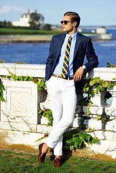 cravata galben cu bleumarin, pantaloni albi, sacoul bleumarin, loaferi maro