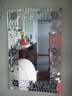 espelho com moldura em mosaico de cacos de espelhos vidro colorido e pastilha de vidro