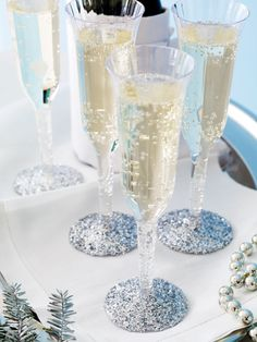For A New Year's Eve Celebration use glitter spray on the bottoms of plastic champagne flutes so they sparkle! Great idea for other holiday parties too.a very festive touch! Nye Party, Party Time, Plastic Champagne Flutes, Champagne Glasses, Wedding Glasses, New Years Eve Decorations, Table Decorations, Glitter Decorations, Sparkle Party