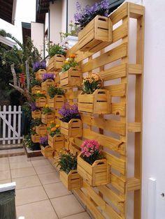 Jardim vertical feito com paletes e caixotes de madeira. Simples e elegante.