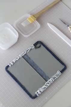 切って貼るだけ☆簡単カルトナージュ☆古着デニムをリメイクしてスマホカバーを作ろう♪ : 窪田千紘フォトスタイリングWebマガジン「Klastyling」暮らす+スタイリング Diy Phone Stand, Diy Phone Case, Diy Home Crafts, Sewing Crafts, Arts And Crafts, Ipad, Diy Pencil Case, Embroidery Bags, Diy Handbag