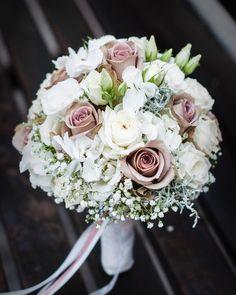 """Blumen Heller on Instagram: """"#brautstrauß by #blumenheller #hochzeitsfloristik #hochzeitsblumen #brautstrauss #hochzeitsstrauss #weddingflowers #bridalbouquet…"""""""