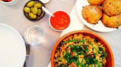 Varm blomkål- og kikertsalat med kalamataoliven ogmandler