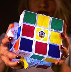 Ya no te librarás de intentar resolver el cubo de Rubik ni a oscuras...