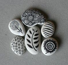 Pintura em pedras: flores, folhas, estrelas, traços, etc.