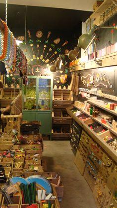 Tombés du Camion (j'adore le nom) est une véritable caverne d'Ali Baba pour tout passionné de vintage qui se respecte. La boutique regorge de petits objets en tous genres. Un vrai retour dans le passé à deux pas du Sacré-Coeur - Paris Montmartre.