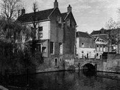 Datering tot: 1957-12-31 Beschrijving: De hoek van de Nieuwe Haven bij de doorvaart van de Nieuwe Haven naar de Korte Haven. Links met dubbeldak, het pand Westvest 39. Rechts de huizen aan de noordzijde van de Korte Haven.