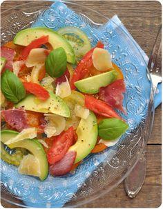 Salade colorée de tomates, avocat et bacon