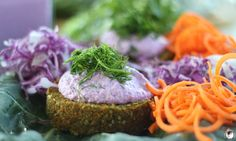 The Global Girl Raw Food Recipes: This delicious carrot burger recipe is super healthy, 100% raw, vegan and gluten-free.