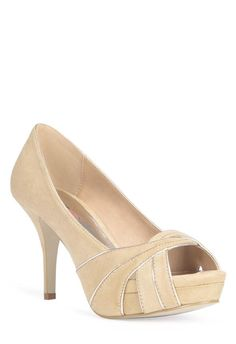 This flirty peep toes pump with gold piping is a sure way to keep your look subtle yet cute.