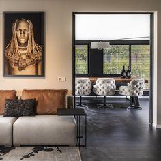 Vanuit de woonkamer heb je een doorkijk naar de eetkamer. De prachtige zwarte jaloezieën gaan op in de zwarte wand achter de eettafel. Hierdoor ontstaat een samenhangend geheel. Small Space Interior Design, Interior Design Kitchen, Interior Decorating, Sofa Design, Comfy Sofa, Small Spaces, Gallery Wall, House Design, Contemporary
