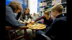 HelMet-kirjaston pelitarjonta on monipuolista ja palvelee kaikkia. Monessa kirjastossa järjestetään pelitoimintaa eri-ikäisille. Helsingin kaupunginkirjaston käynnistämä Pelin paikka -hanke nostaa esiin pelejä kulttuurisisältöinä, jotka kuuluvat kirjastoon.