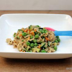 Die Mienudeln mit Wokgemüse und Kokosmilch sind ein schnelles, unkompliziertes und leckeres Mittagessen für Kleinkinder.