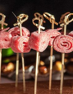 Easy candy kebab - 10 skewers of candy to chew - She to Tab . Candy Table, Candy Buffet, Dessert Table, Baby Shower Buffet, Gateau Baby Shower, Postres Halloween, Bar A Bonbon, Kebab, Sweet Bar