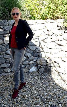 Bürooutfit mit roten Stiefeletten