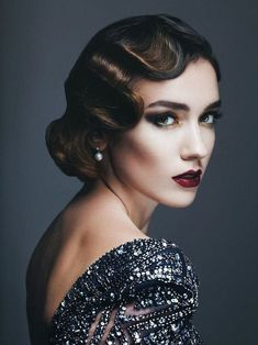 + Ideas for Great Gatsby Outfits That Are The Bee's Knees wavy bobbed brunette hair, worn by a woman with make up, dark eyeshadow and red lipstick, backless dress covered with silver sequins Wavy Bob Hairstyles, Vintage Hairstyles, Easy Hairstyles, Wedding Hairstyles, Great Gatsby Hairstyles, Latest Hairstyles, Famous Hairstyles, Graduation Hairstyles, Hairstyles Videos