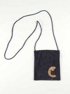 bolsito de antelina azul marino con inicial