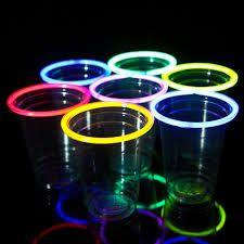 Los vasos luminosos poseen un montaje realmente sencillo, ya que tan solo deberás insertar en la parte superior una barrita fluorescente.