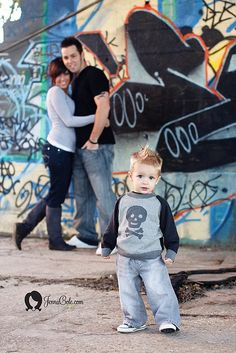 50 photo shoot ideas for families to try this weekend! - Decoration house Diy - 50 photo shoot ideas for families to try this weekend! Urban Family Pictures, Family Pics, Maternity Pictures, Pregnancy Photos, Photography Photos, Family Photography, Graffiti Photography, Mommy And Me Photo Shoot, Magic Day