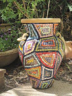 pots in mosaic Mosaic Planters, Mosaic Garden Art, Mosaic Vase, Mosaic Flower Pots, Mosaic Tiles, Mosaics, Pebble Mosaic, Mosaic Crafts, Mosaic Projects