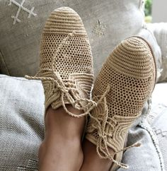 These shoes resemble burlap sacks. Attractive, in a pseudo-peasant style. Fashion Shoes, Mens Fashion, Crochet Shoes, Brogues, Me Too Shoes, Tom Shoes, Crazy Shoes, Shoe Boots, Adidas Sneakers