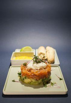 Mit dem Rezept für ein Lachs-Avocado-Tatar mit Dip lässt sich eine sommerliche Vorspeise zubereiten, die besonders an heißen Tagen gut ankommt.