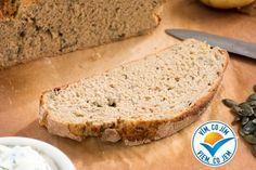 Upečte si tento výborný a jednoduchý domácí celozrnný chléb z pečených brambor a s dýňovými semínky.