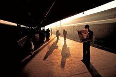 © Steve McCurry::La Estación de Trenes del Viejo Delhi, en un momento de tranquilidad atípico.