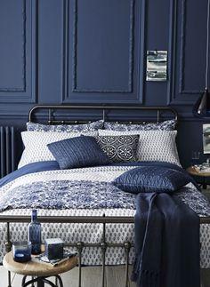 Il colore blu si adatta bene ad ogni ambiente della casa: ecco varie soluzioni di design per creare un'atmosfera rilassante e piacevole.