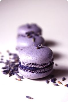 Ultra violet macarons for your 2018 wedding Purple Wedding Favors, Wedding Colors, Wedding Favours, Wedding Ideas, Wedding Inspiration, Purple Desserts, Lavender Macarons, Purple Candles, French Macaroons
