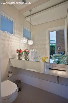 A bancada espelhada com cuba de vidro conferiu sensação de amplitude ao lavabo.
