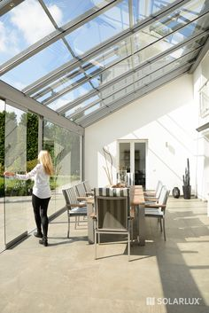 Terrassenüberdachung The # terrace roof SDL Atrium with the SL 25 glass sliding elements results in Garden Room Extensions, House Extensions, Backyard Patio Designs, Pergola Patio, Atrium, House Extension Design, House Design, House Without Walls, Villa
