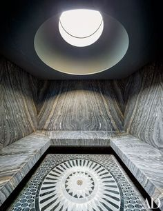 Book-matched marble lines the steam room in decorator Laura Santos's Manhattan townhouse, which is crowned by a circular skylight that echoes the custom-made floor mosaic by Sicis. Sauna Steam Room, Steam Bath, Sauna Room, Home Steam Room, Laura Santos, Sicis Mosaic, Classic Building, Turkish Bath, Spa Design