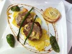 Solomillo de ternera con mantequilla de mostaza y manzanas con queso de cabra