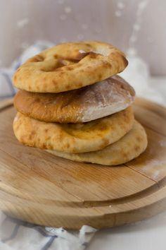 Platbrood pita zelf maken recept. Pita's. Platte broodjes gevuld met vlees, groenten of falafel. Je maakt ze heel makkelijk thuis in de oven.