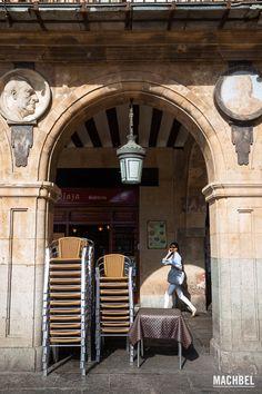 Soportales de la plaza mayor de Salamanca Visita a Salamanca ciudad Patrimonio de la Humanidad. Castilla y León España 2 Salamanca, la ciudad por la que no pasa el tiempo  #CastillayLeon #Spain