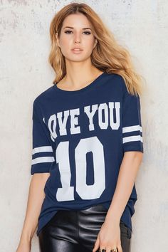 T-shirt in a longer model from Rut & Circle in blue with white print over the front. Rounded neckline and white details along the sleeves. Match with leather pants or jeans and sneakers for a comfortable but above all great look!