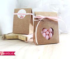 Huwelijksbedankjes met snoep, lint en een persoonlijke sticker. Deze schattige doosjes met hartvenster zijn de ultieme bruiloft bedankjes voor jullie gasten.