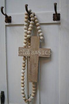 Ketting met kruis 80107 - Houten kruis aan grote kralenketting. Mooi ter decoratie! Het kruis is 32 cm hoog en 22 cm breed.