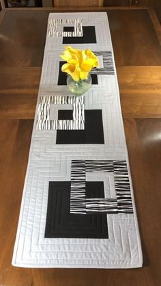 Modern Quilted Table Runner, Black White and Grey Wallhanging, Reversible Tablerunner, Modern Table Moderne matelassé chemin de Table noir et blanc et gris - Interior Decoration Accessories coffee tables Patchwork Table Runner, Table Runner And Placemats, Table Runner Pattern, Quilted Table Runners, Quilt Placemats, Quilted Table Toppers, Hand Quilting, Machine Quilting, Modern Quilting