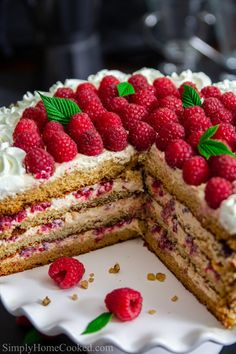 This honey raspberry cake is made with fluffy honey cake smothered between a sweet dulce de leche cream, fresh raspberries, and coated in chopped walnuts. Cakes To Make, How To Make Cake, Healthy Recipes, Tart Recipes, Dessert Recipes, Delicious Recipes, Free Recipes, Dessert Party, Granola