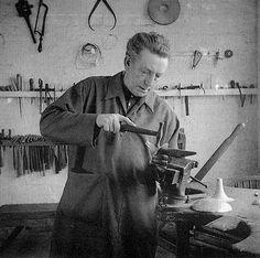 Dunstan Pruden, en su taller de Ditchling en 1957.
