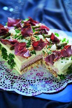 Recept på matig smörgåstårta av Monika Ahlberg. Perfekt till buffé eller större fest eller högtid. Mycket god och vacker att se på.