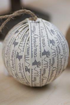 Zelf maken: een kerstbal gedecoreerd met lint.