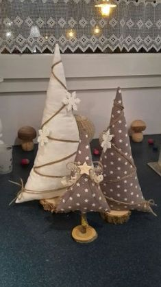 46 How to Make DIY Rustic Felt Christmas TreesLet's have a peek at some cool suggestions to try all these ornaments are easily made by you of felt, no distinctive instructions needed. Christmas Projects, Crafts To Sell, Holiday Crafts, Christmas Time, Fabric Christmas Trees, Felt Christmas Ornaments, Christmas Sewing, Rustic Christmas, Homemade Christmas