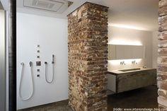 Cegła w industrialnej łazience