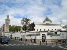 This exquisite Muslim sanctuary in Paris secretly protected Jewish citizens from Nazi terror, when German forces occupied France during World War II. Founded in it's the one of the largest mosques in France. Ancient Greek Architecture, Islamic Architecture, Historic Architecture, Gothic Architecture, Contemporary Architecture, Paris Mosque, Ramadan, Aid El Fitr, Grand Mosque